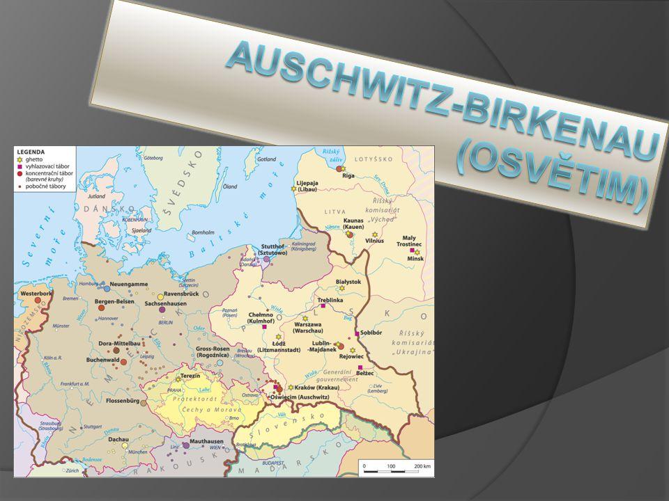 Vstupní brána do koncentračního tábora s nápisem Arbeit macht frei (práce osvobozuje)