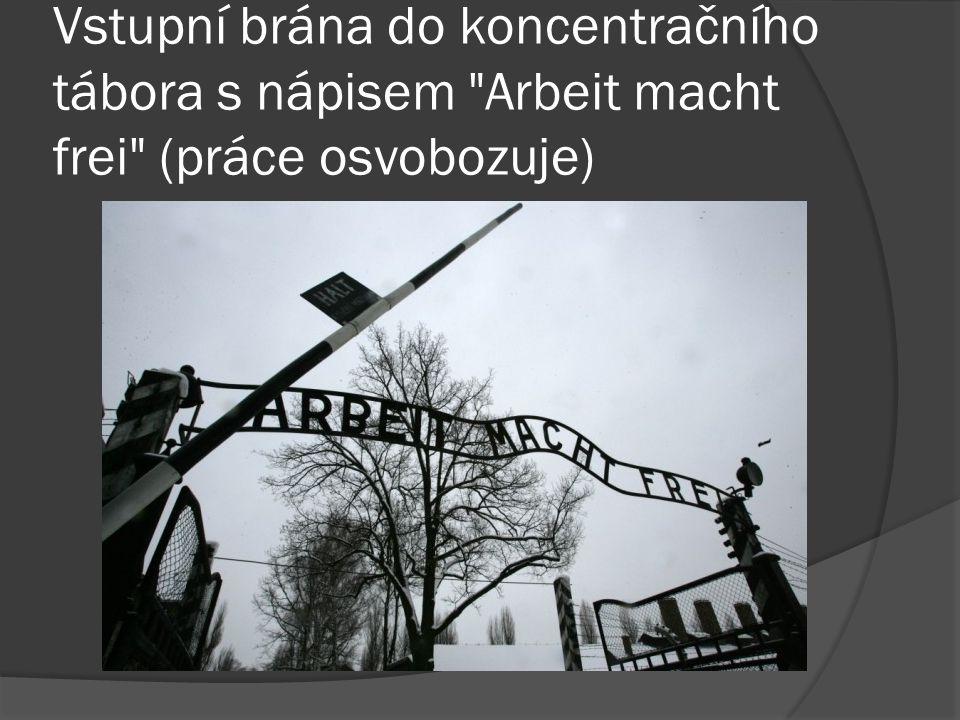 Vstupní brána do koncentračního tábora s nápisem