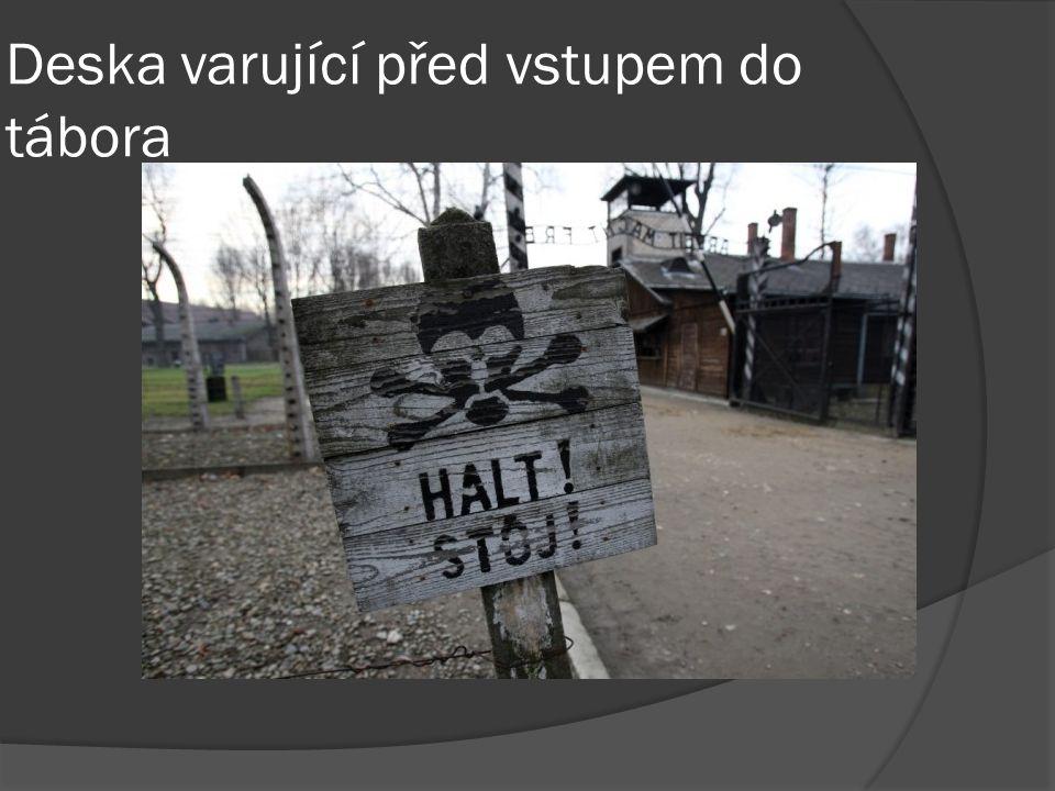 Deska varující před vstupem do tábora
