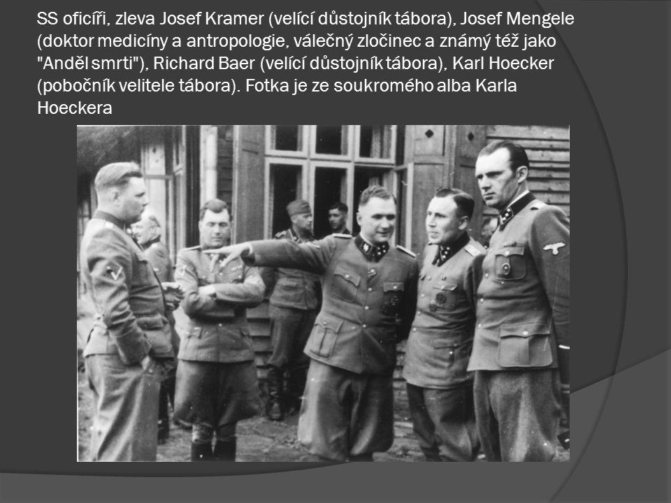 SS oficíři, zleva Josef Kramer (velící důstojník tábora), Josef Mengele (doktor medicíny a antropologie, válečný zločinec a známý též jako