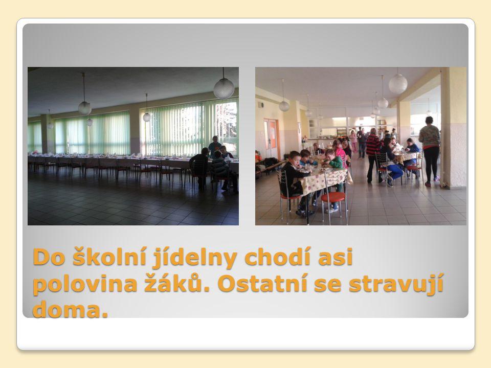 Do školní jídelny chodí asi polovina žáků. Ostatní se stravují doma.