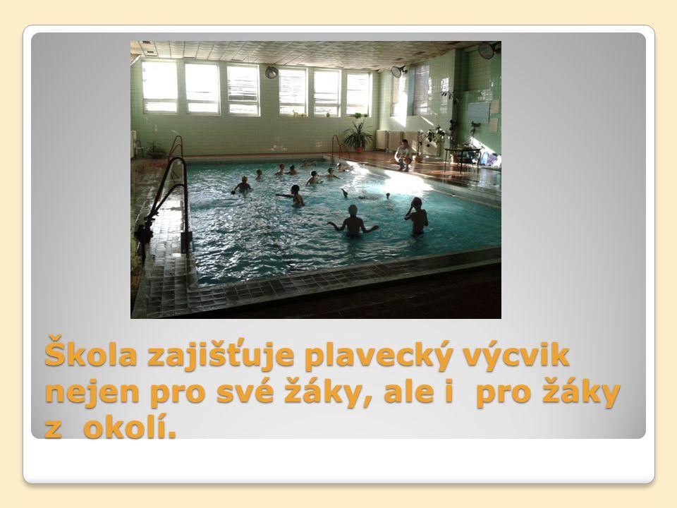 Škola zajišťuje plavecký výcvik nejen pro své žáky, ale i pro žáky z okolí.