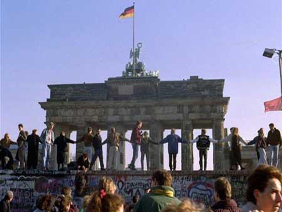 Historie po 2.světové válce Rozděleno do 4 okupačních zón-sovětská, americká, britská, francouzská Rozděleno do 4 okupačních zón-sovětská, americká, britská, francouzská Hlavní město Berlín-4 sektory Hlavní město Berlín-4 sektory Území na východ od Odry a Nisy předal SSSR pod správu Polsku (USA, VB a Francie uznaly dodatečně) Území na východ od Odry a Nisy předal SSSR pod správu Polsku (USA, VB a Francie uznaly dodatečně) Spor o provedení měnové reformy ze staré říšské marky na novou marku-Vznik dvou Něm.států- Spolková republika Německo a Německá demokratická republika Spor o provedení měnové reformy ze staré říšské marky na novou marku-Vznik dvou Něm.států- Spolková republika Německo a Německá demokratická republika 23.5.1949 Konrad Adenauer vyhlásil Základní zákon-ústava Spolkové republiky Německo (nepoužil se termín ústava -provizorní charakter státoprávního útvaru) 23.5.1949 Konrad Adenauer vyhlásil Základní zákon-ústava Spolkové republiky Německo (nepoužil se termín ústava -provizorní charakter státoprávního útvaru) Německá demokratická republika vznikla na území sovětské okupační zóny 7.10.1949, do r.1960 prezidentem Wilhelm Pieck Německá demokratická republika vznikla na území sovětské okupační zóny 7.10.1949, do r.1960 prezidentem Wilhelm Pieck 1.7.1990 smlouva o vytvoření měnové, hospodářské a sociální unie mezi oběma něm.státy-důležitá vnitřní podmínka pro znovusjednocení Německa 1.7.1990 smlouva o vytvoření měnové, hospodářské a sociální unie mezi oběma něm.státy-důležitá vnitřní podmínka pro znovusjednocení Německa