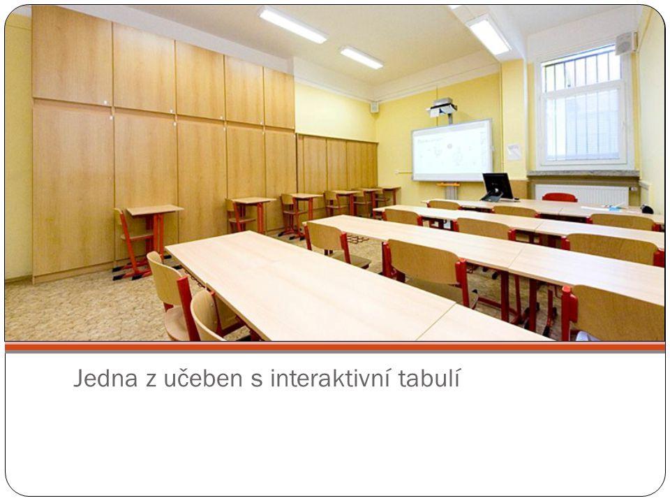 Jedna z učeben s interaktivní tabulí