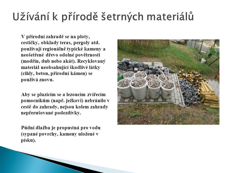 Užívání k přírodě šetrných materiálů V přírodní zahradě se na ploty, cestičky, obklady teras, pergoly atd. používají regionálně typické kameny a neoše