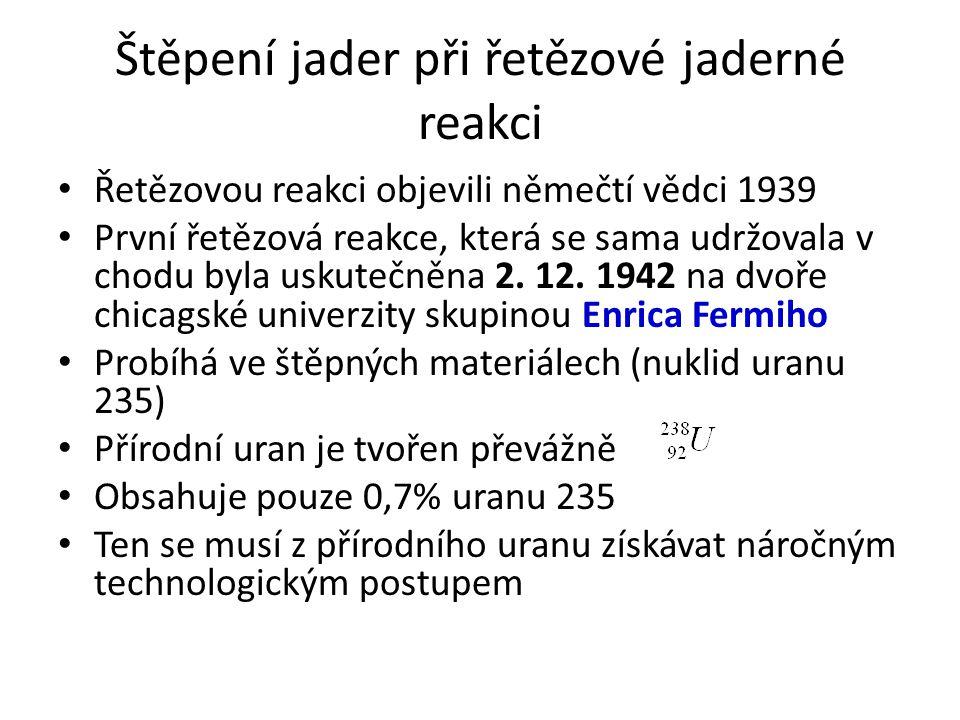 Štěpení jader při řetězové jaderné reakci Řetězovou reakci objevili němečtí vědci 1939 První řetězová reakce, která se sama udržovala v chodu byla usk
