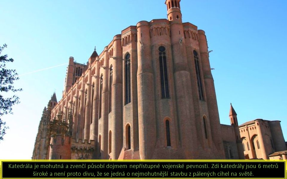 Katedrála je mohutná a zvenčí působí dojmem nepřístupné vojenské pevnosti.