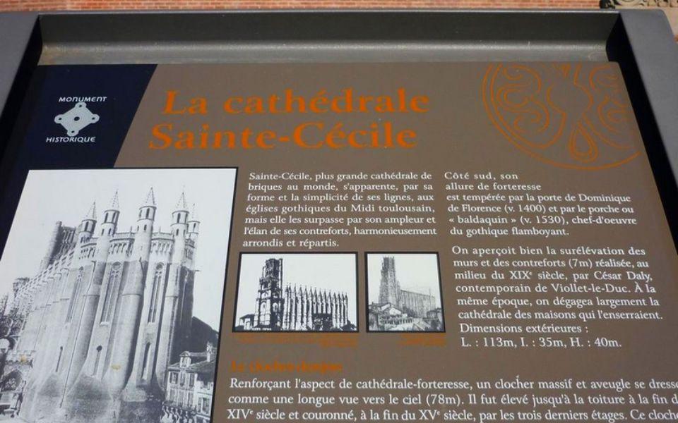 Katedrála je mohutná a zvenčí působí dojmem nepřístupné vojenské pevnosti. Zdi katedrály jsou 6 metrů široké a není proto divu, že se jedná o nejmohut