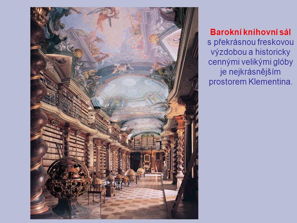 Barokní knihovní sál s překrásnou freskovou výzdobou a historicky cennými velikými glóby je nejkrásnějším prostorem Klementina.