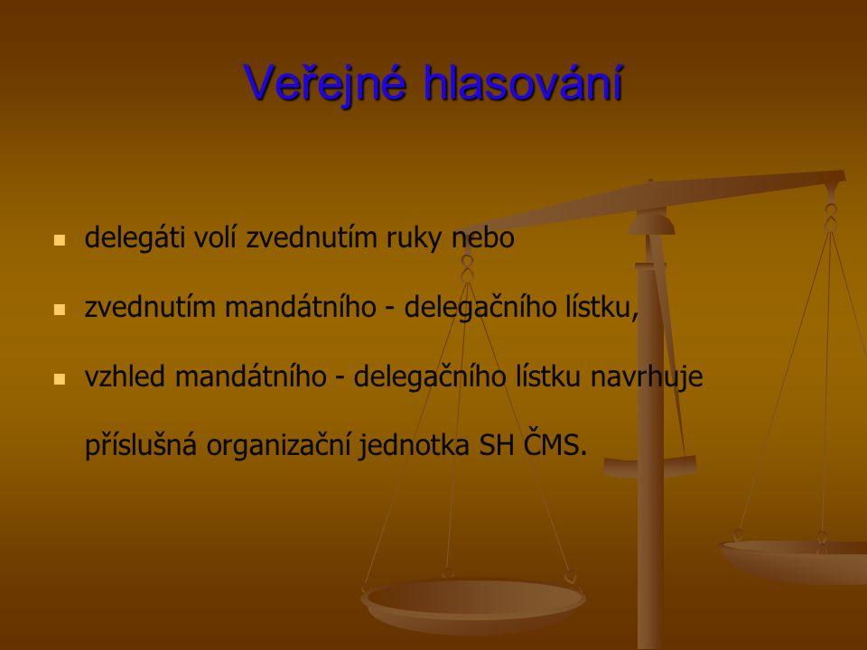 Veřejné hlasování delegáti volí zvednutím ruky nebo zvednutím mandátního - delegačního lístku, vzhled mandátního - delegačního lístku navrhuje přísluš