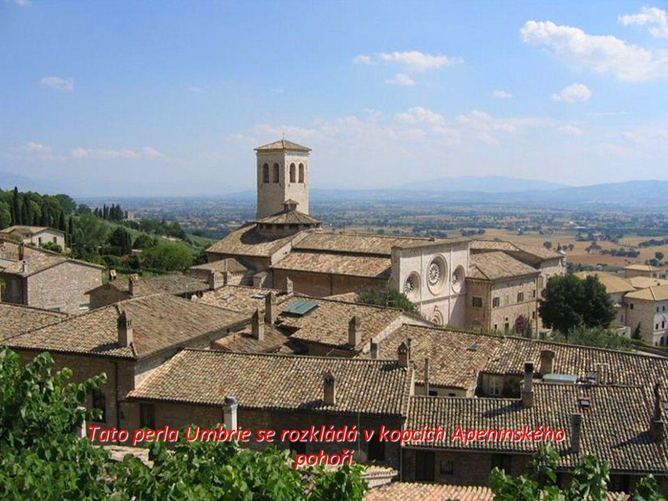 Tato perla Umbrie se rozkládá v kopcích Apeninského pohoří.