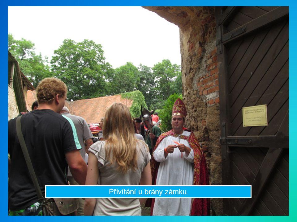 Přivítání u brány zámku.
