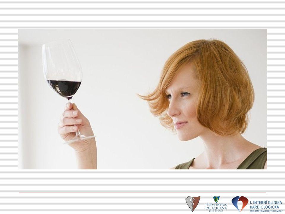 Alkohol, hypertenze a srdeční selhání  Nárazové pití vyššího množství alkoholu  zvýšení krevního tlaku x minimální konzumace (M – 1d a Ž až 3 d/denně)  snížení rizik HN  Velké objemy alkoholu (pivo)  vývoj alkoholické kardiomyopatie Alcohol in Hypertensive US Male Physician Study: 5153 lékařů s hypertenzí selfreporting: 0 - >8 drinků denně výsledek: lehká konzumace alkoholu je spojena s nižším rizikem vzniku srdečního selhání Djousé L: Am J Cardiol 2008:102:593-597