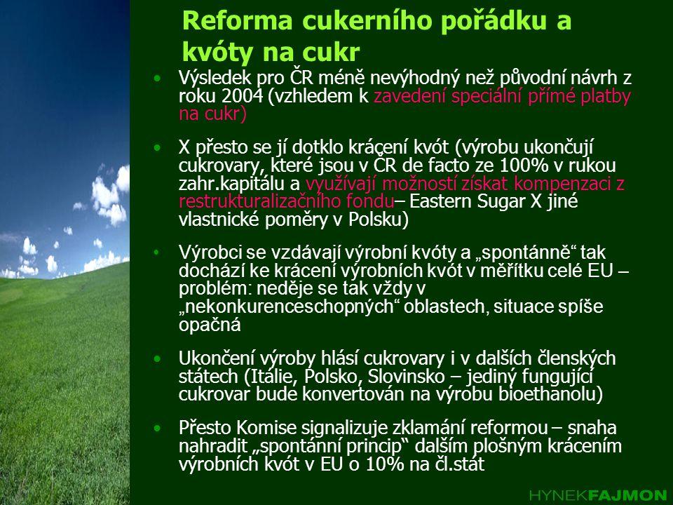 """Reforma cukerního pořádku a kvóty na cukr Výsledek pro ČR méně nevýhodný než původní návrh z roku 2004 (vzhledem k zavedení speciální přímé platby na cukr) X přesto se jí dotklo krácení kvót (výrobu ukončují cukrovary, které jsou v ČR de facto ze 100% v rukou zahr.kapitálu a využívají možností získat kompenzaci z restrukturalizačního fondu– Eastern Sugar X jiné vlastnické poměry v Polsku) Výrobci se vzdávají výrobní kvóty a """"spontánně tak dochází ke krácení výrobních kvót v měřítku celé EU – problém: neděje se tak vždy v """"nekonkurenceschopných oblastech, situace spíše opačná Ukončení výroby hlásí cukrovary i v dalších členských státech (Itálie, Polsko, Slovinsko – jediný fungující cukrovar bude konvertován na výrobu bioethanolu) Přesto Komise signalizuje zklamání reformou – snaha nahradit """"spontánní princip dalším plošným krácením výrobních kvót v EU o 10% na čl.stát"""