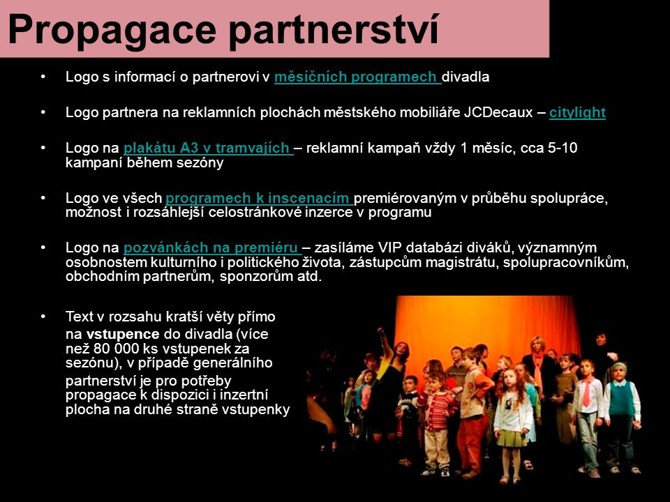 Propagace partnerství Logo s informací o partnerovi v měsíčních programech divadlaměsíčních programech Logo partnera na reklamních plochách městského