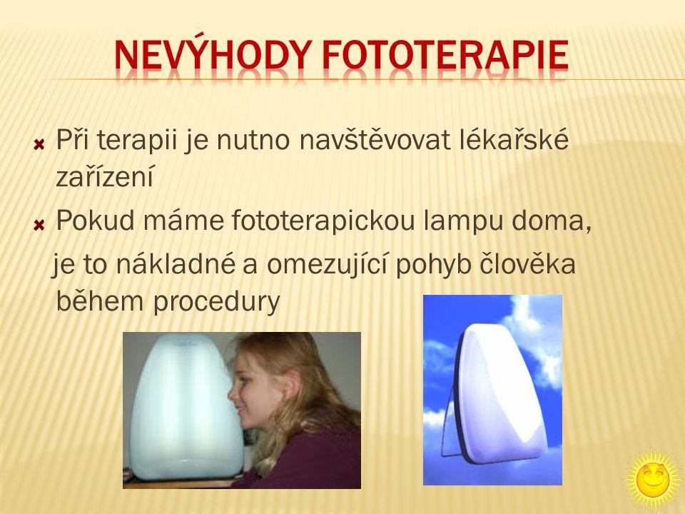 Při terapii je nutno navštěvovat lékařské zařízení Pokud máme fototerapickou lampu doma, je to nákladné a omezující pohyb člověka během procedury
