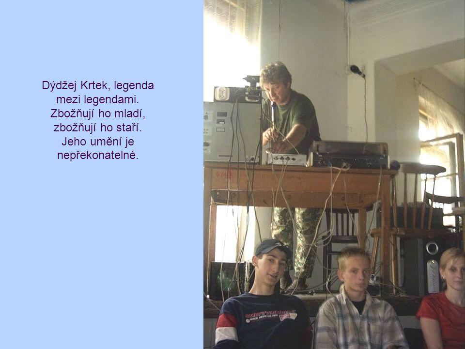 Dýdžej Krtek, legenda mezi legendami. Zbožňují ho mladí, zbožňují ho staří. Jeho umění je nepřekonatelné.