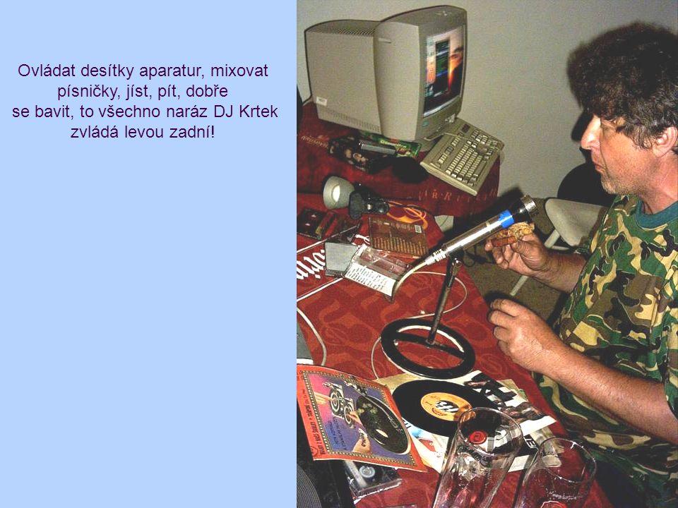 Ovládat desítky aparatur, mixovat písničky, jíst, pít, dobře se bavit, to všechno naráz DJ Krtek zvládá levou zadní!