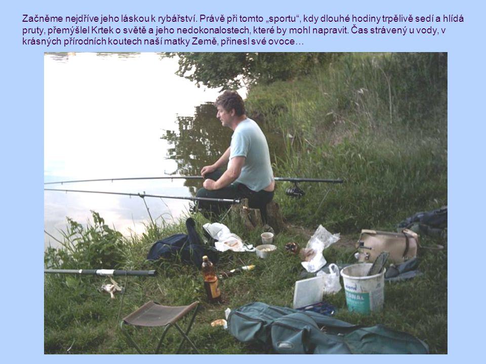 """Začněme nejdříve jeho láskou k rybářství. Právě při tomto """"sportu"""", kdy dlouhé hodiny trpělivě sedí a hlídá pruty, přemýšlel Krtek o světě a jeho nedo"""