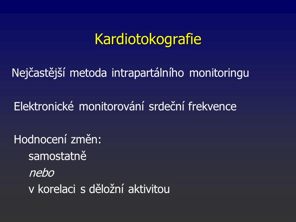 Nejčastější metoda intrapartálního monitoringu Elektronické monitorování srdeční frekvence Hodnocení změn: samostatně nebo v korelaci s děložní aktivitou Kardiotokografie