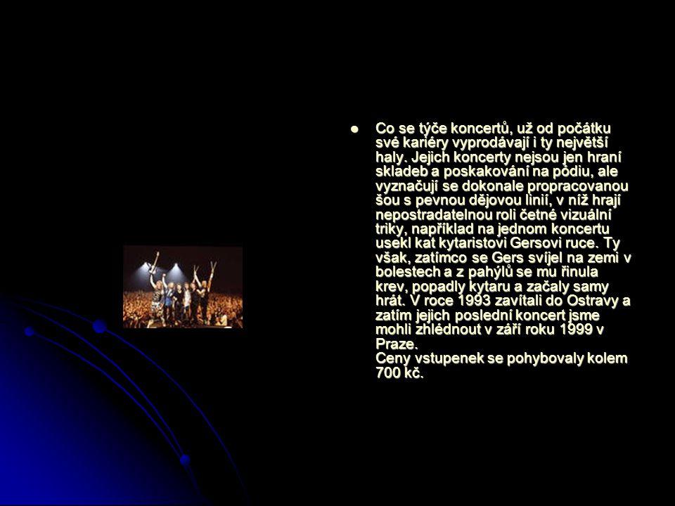 Co se týče koncertů, už od počátku své kariéry vyprodávají i ty největší haly. Jejich koncerty nejsou jen hraní skladeb a poskakování na pódiu, ale vy