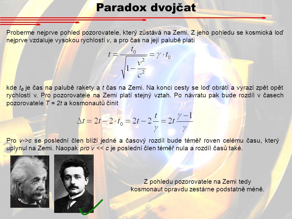 Paradox dvojčat Proberme nejprve pohled pozorovatele, který zůstává na Zemi. Z jeho pohledu se kosmická loď nejprve vzdaluje vysokou rychlostí v, a pr