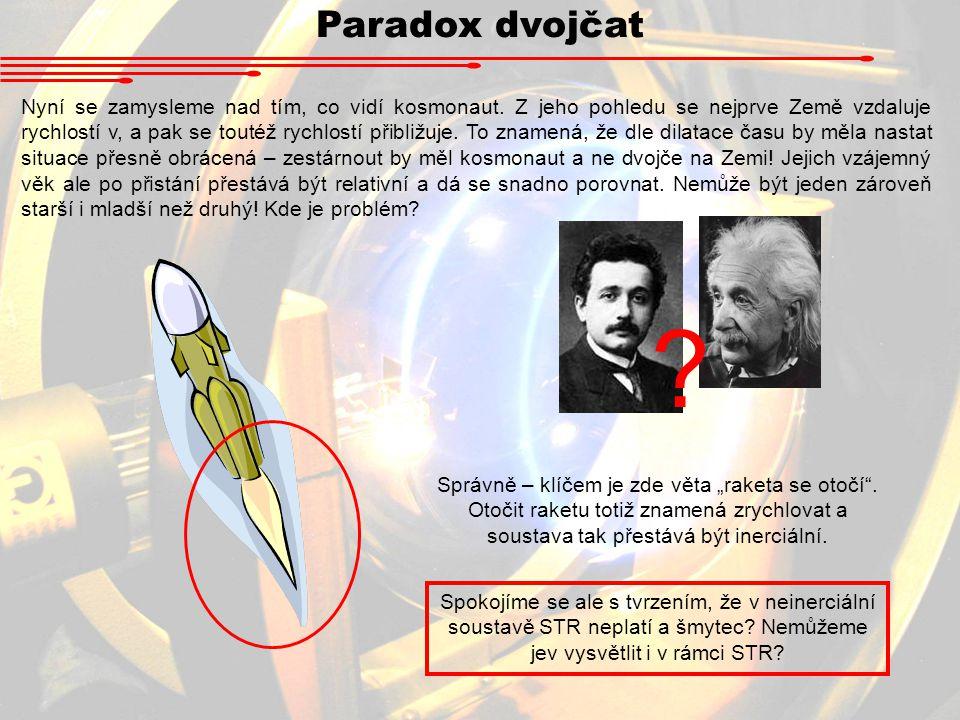 Paradox dvojčat Nyní se zamysleme nad tím, co vidí kosmonaut. Z jeho pohledu se nejprve Země vzdaluje rychlostí v, a pak se toutéž rychlostí přibližuj