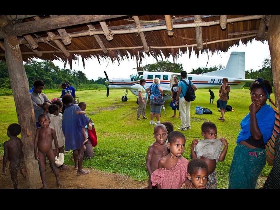 Jistým druhem zábavy místních domorodců je i sledování příletů a odletů letadel z místního