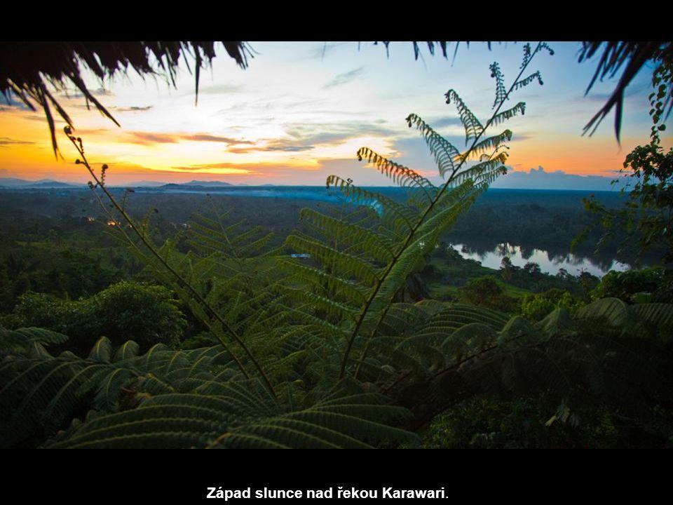 Západ slunce nad řekou Karawari.