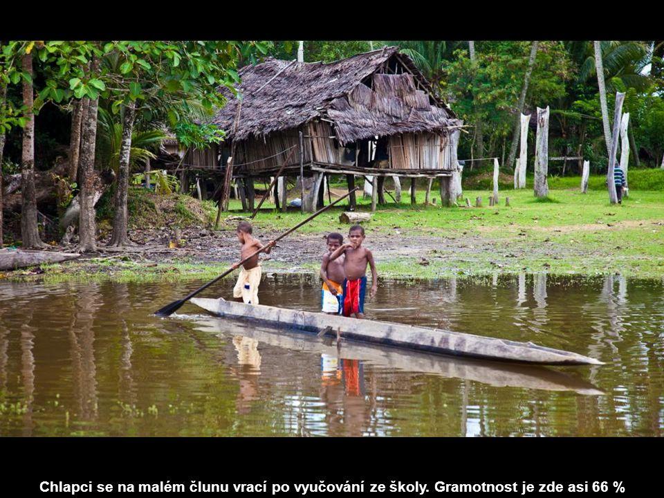 Chlapci se na malém člunu vrací po vyučování ze školy. Gramotnost je zde asi 66 %
