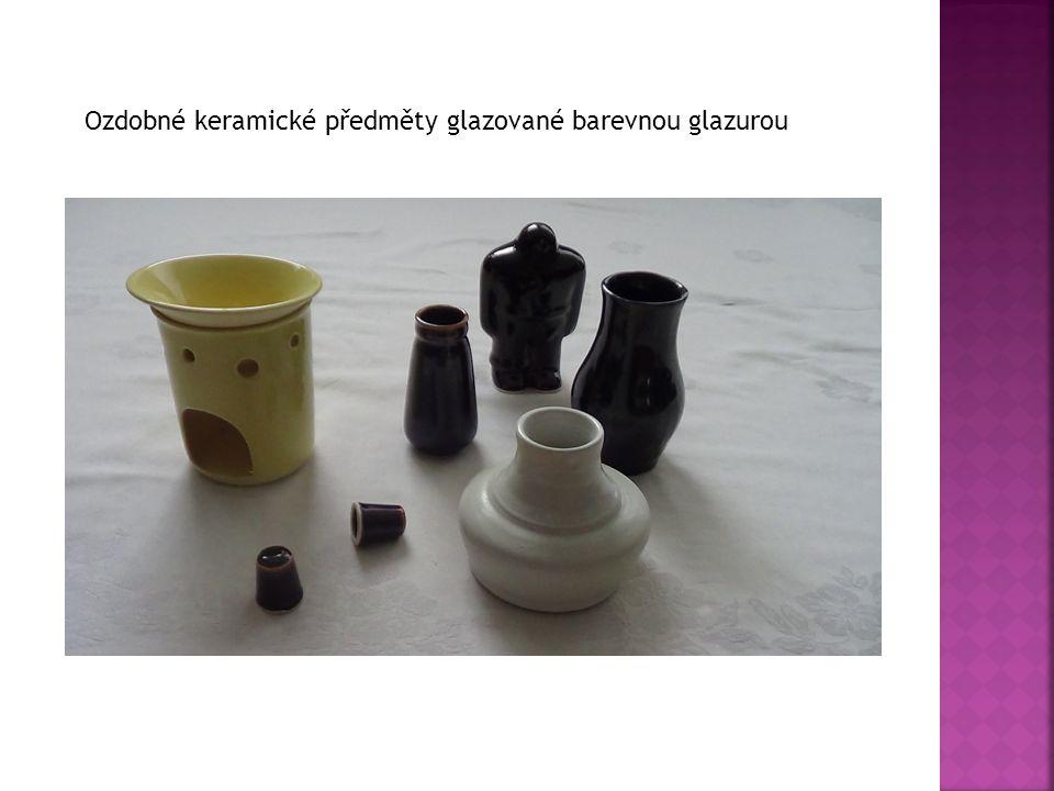 Ozdobné keramické předměty glazované barevnou glazurou