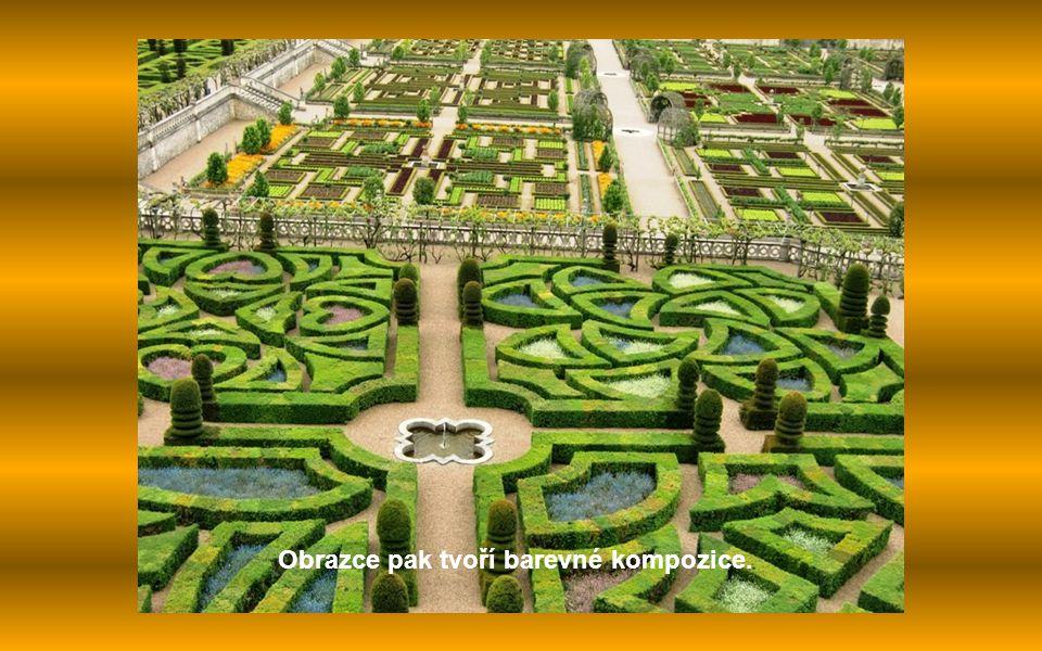 Pod ní je zelinářská zahrada s ovocnými stromy a bylinami uspořádanými do geometrických tvarů.