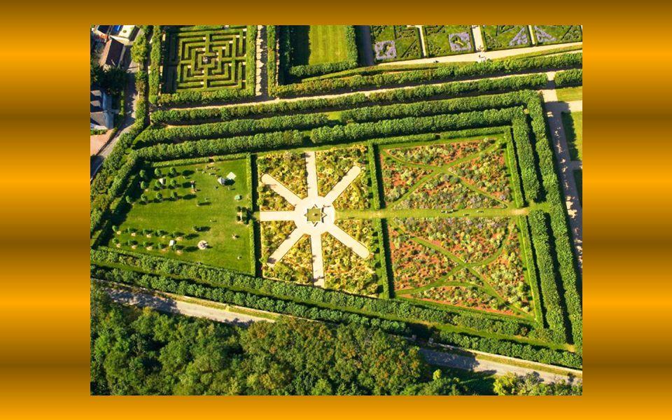 Na jižní terase je okrasná zahrada věnovaná lásce, jejíž květinové záhony uspořádané v geometrických útvarech znázorňují plameny, motýly, srdce a dýky, symbolizující různé podoby lásky.