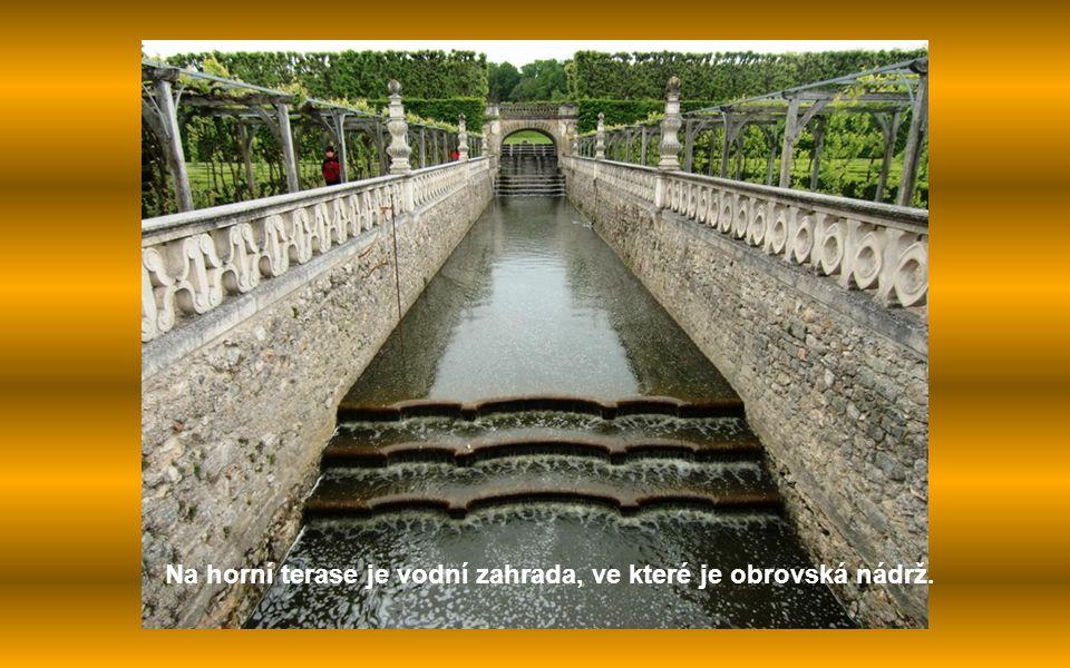 Na horní terase je vodní zahrada, ve které je obrovská nádrž.