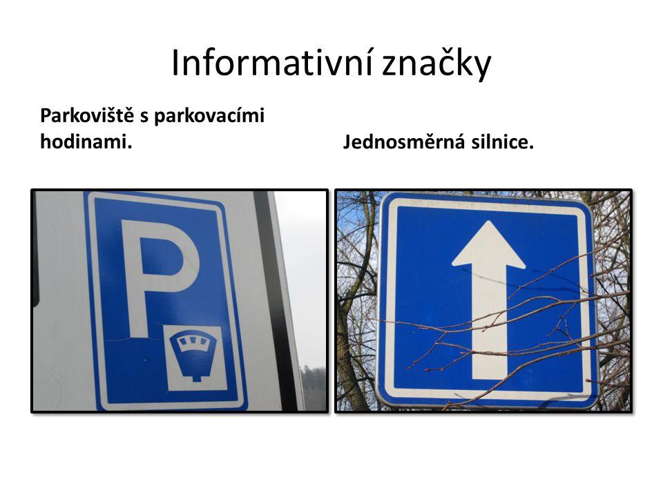 Informativní značky Parkoviště s parkovacími hodinami.Jednosměrná silnice.