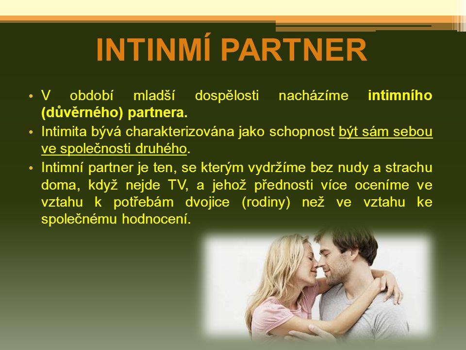 INTINMÍ PARTNER V období mladší dospělosti nacházíme intimního (důvěrného) partnera. Intimita bývá charakterizována jako schopnost být sám sebou ve sp