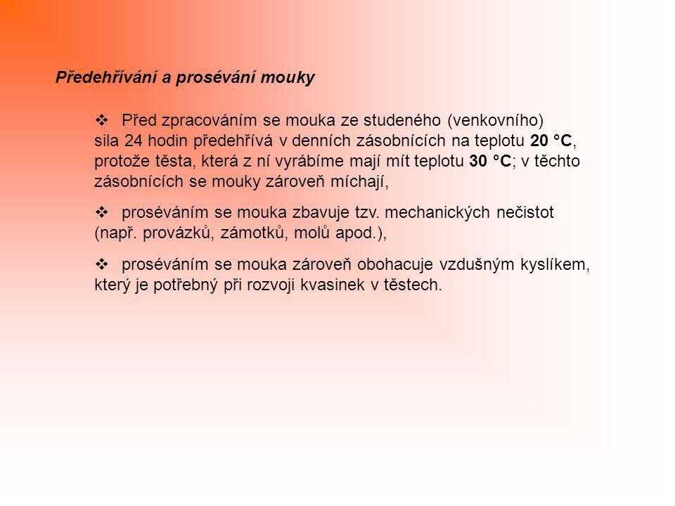 Předehřívání a prosévání mouky  Před zpracováním se mouka ze studeného (venkovního) sila 24 hodin předehřívá v denních zásobnících na teplotu 20 °C,