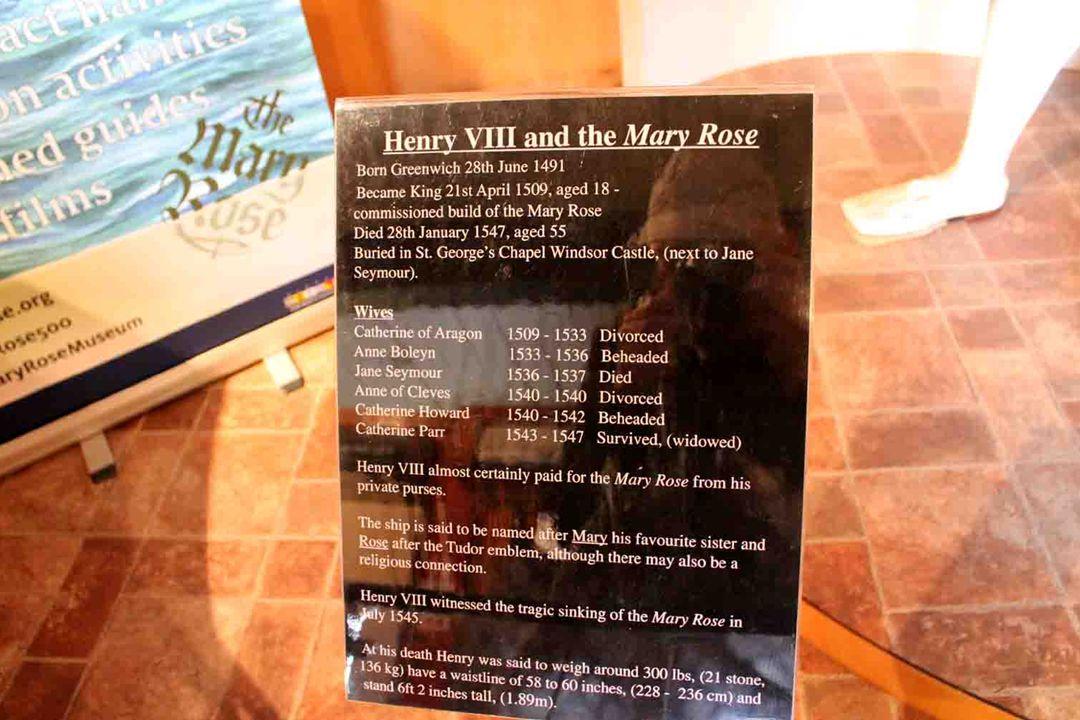 LOĎ (KARAKU) MARY ROSE DAL POSTAVIT KRÁL JINDŘICH VIII. V LETECH 1509-1511. V SOUČASNÉ DOBĚ SE PRACUJE NA ZPŘÍSTUPNĚNÍ ZCELA RENOVOVANÉ LODĚ MARY ROSE