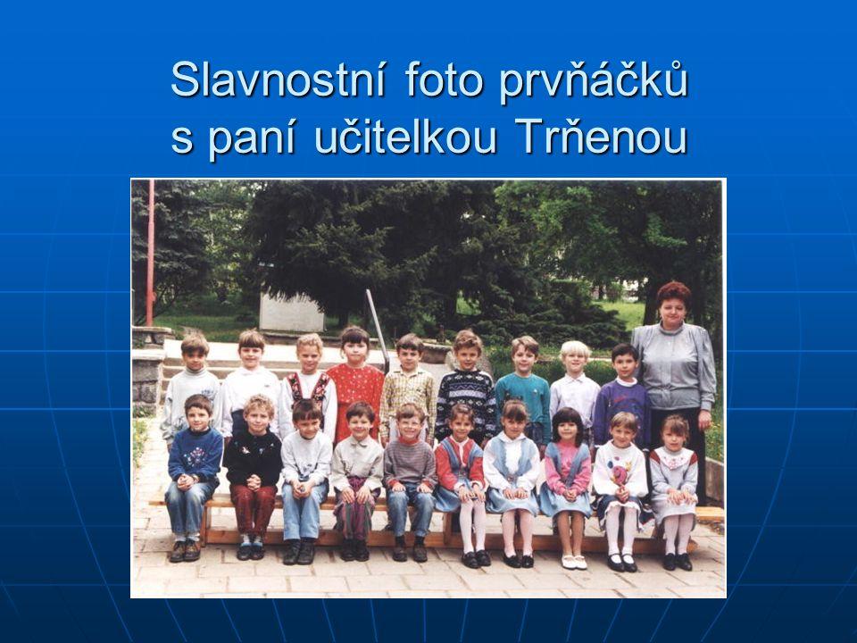 Slavnostní foto prvňáčků s paní učitelkou Trňenou