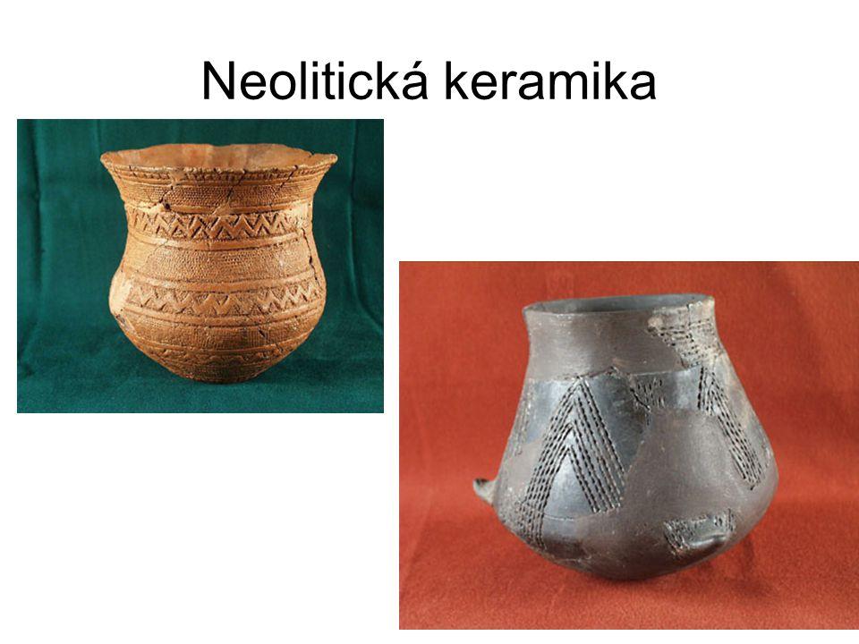Zdobení neolitické keramiky Nezdobená keramiky Otisky do vlhké hmoty: lopatka, hřeben, srdcovka vypichování Pásové zdobení Malovaná keramika Geometrické, abstraktní motivy Antropomorfní prvky
