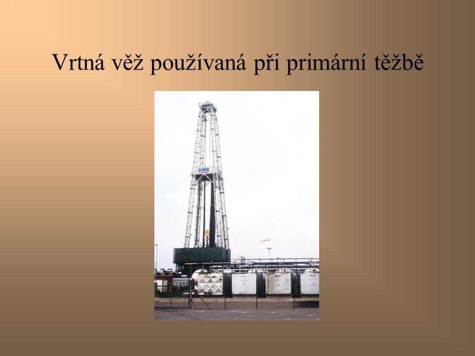 Primární způsob těžby Tlak potřebný k transportu ropy na povrch zajišťuje zemní plyn, který se vyskytuje v nalezišti společně s ropou.