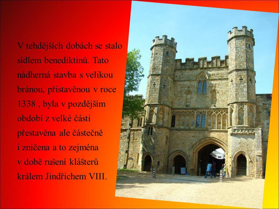 V tehdějších dobách se stalo sídlem benediktinů. Tato nádherná stavba s velikou bránou, přistavěnou v roce 1338, byla v pozdějším období z velké části
