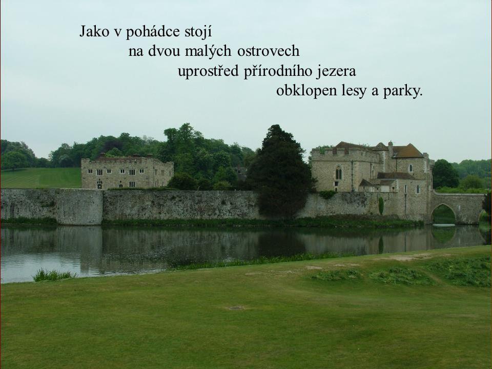 Jako v pohádce stojí na dvou malých ostrovech uprostřed přírodního jezera obklopen lesy a parky.