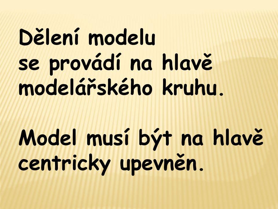 Dělení modelu se provádí na hlavě modelářského kruhu. Model musí být na hlavě centricky upevněn.