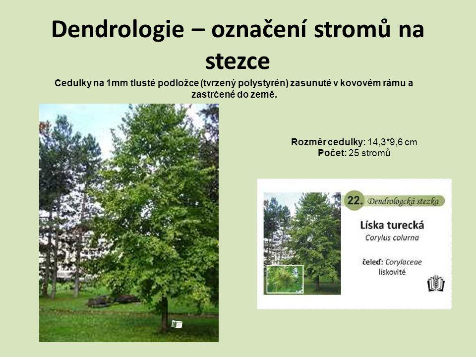 Dendrologie – označení stromů na stezce Cedulky na 1mm tlusté podložce (tvrzený polystyrén) zasunuté v kovovém rámu a zastrčené do země. Rozměr cedulk