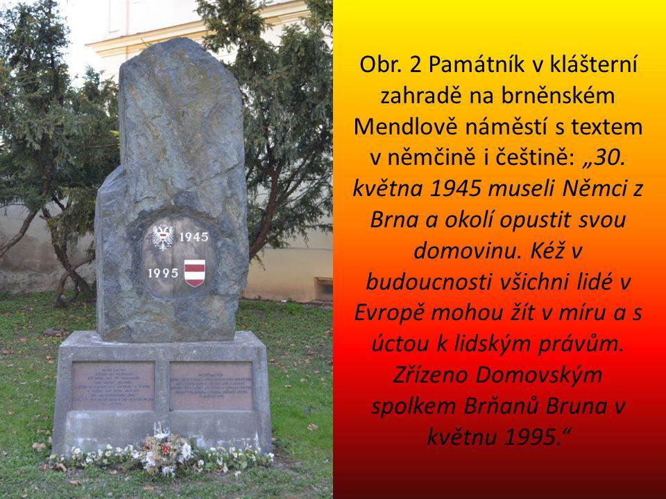 """Obr. 2 Památník v klášterní zahradě na brněnském Mendlově náměstí s textem v němčině i češtině: """"30. května 1945 museli Němci z Brna a okolí opustit s"""