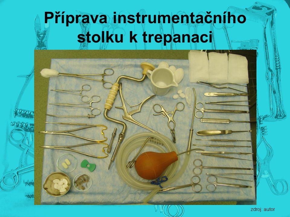 Příprava instrumentačního stolku k trepanaci zdroj: autor