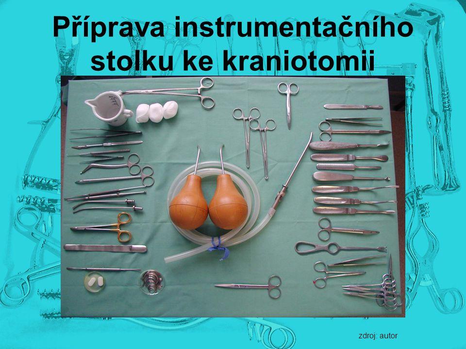 Příprava instrumentačního stolku ke kraniotomii zdroj: autor