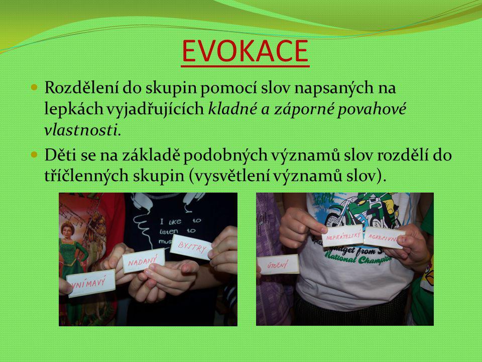 EVOKACE Rozdělení do skupin pomocí slov napsaných na lepkách vyjadřujících kladné a záporné povahové vlastnosti. Děti se na základě podobných významů