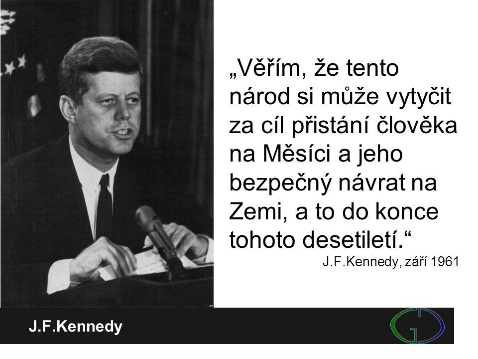 """J.F.Kennedy """"Věřím, že tento národ si může vytyčit za cíl přistání člověka na Měsíci a jeho bezpečný návrat na Zemi, a to do konce tohoto desetiletí."""""""